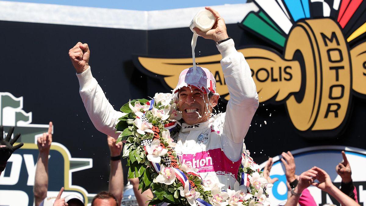 Helio Castroneves bejubelt mit der traditionellen Siegermilch seinen vierten Triumph beim Indy500