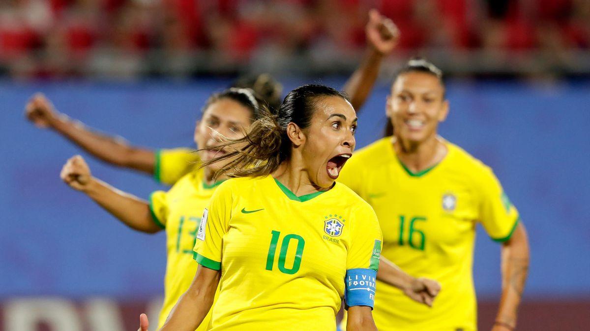 Marta esulta dopo il rigore trasformato contro l'Italia