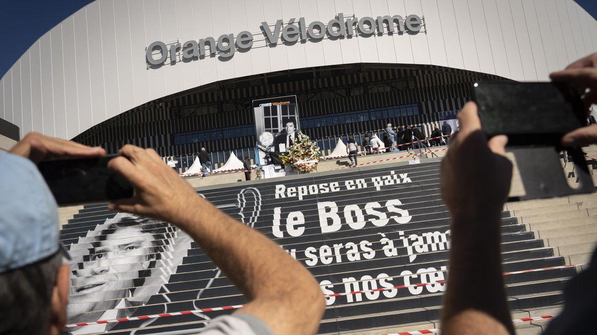 Le dernier adieu des supporters de l'OM à Bernard Tapie, au stade Vélodrome