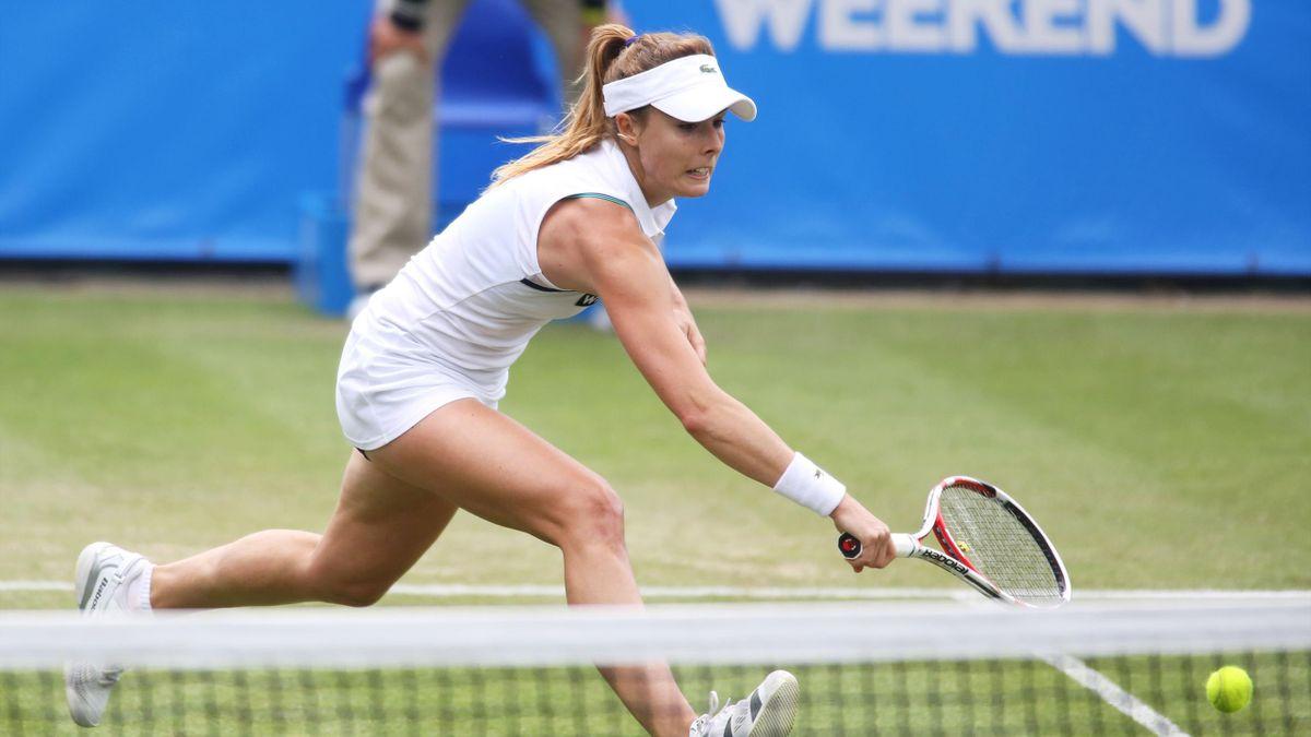 Alizé Cornet en pleine action au tournoi de Eastbourne.