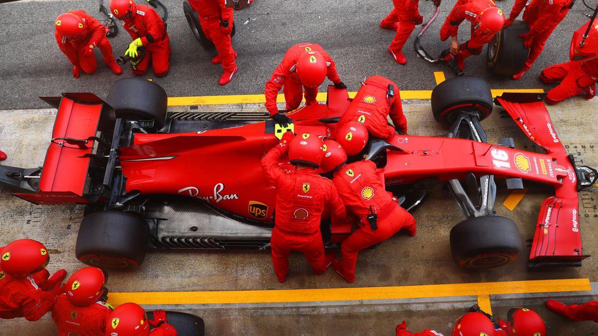 Les mécaniciens de la Scuderia autour de la monoplace de Charles Leclerc (Ferrari) le 16 août 2020 lors du Grand Prix d'Espagne