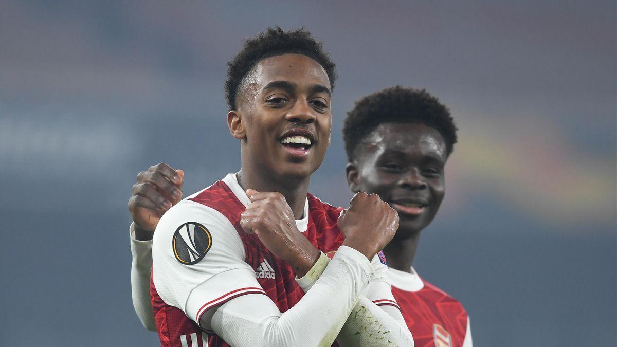 Joe Willock celebrates scoring the 4th Arsenal goal with (R) Bukayo Saka
