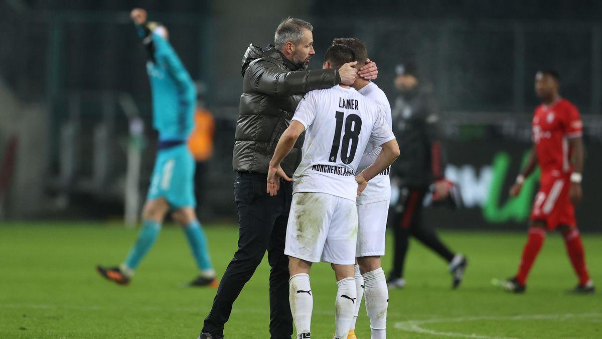 Gladbach-Trainer Marco Rose (l.) im Gespräch mit zwei seiner Spieler