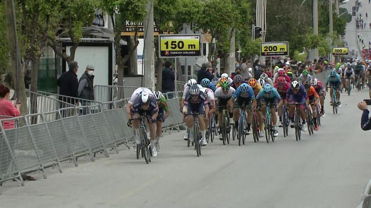 Philipsen denies Cavendish fourth win on Stage 7