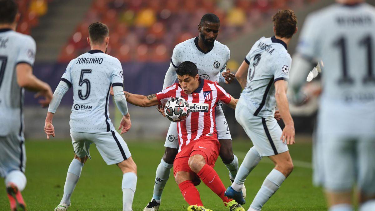 Luis Suarez (C) tries to control the ball in front of Chelsea's German defender Antonio Rudiger