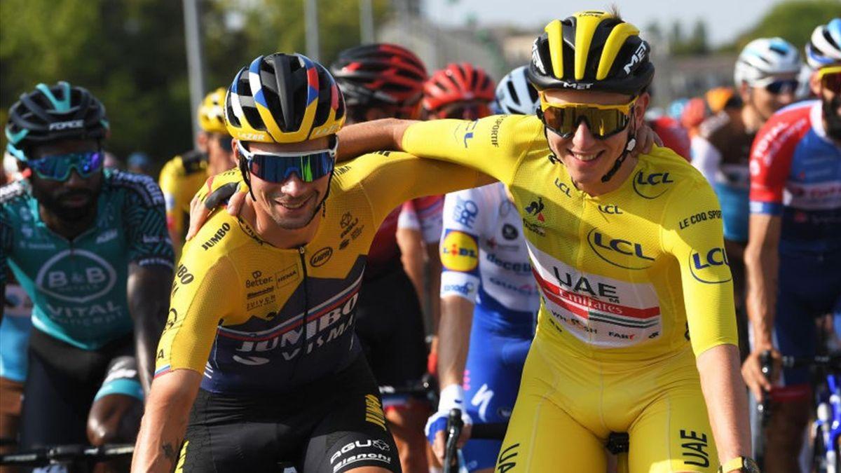 Primoz Roglic (l.) und Tadej Pogacar Arm in Arm auf der Schlussetappe der Tour de France 2020