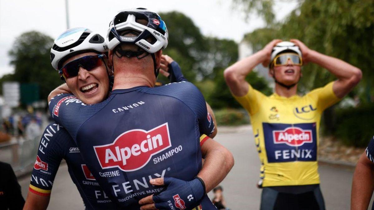 Mathieu van der Poel, Tim Merlier e Jasper Philipens esultano dopo la vittoria di Pontivy - Tour de France 2021