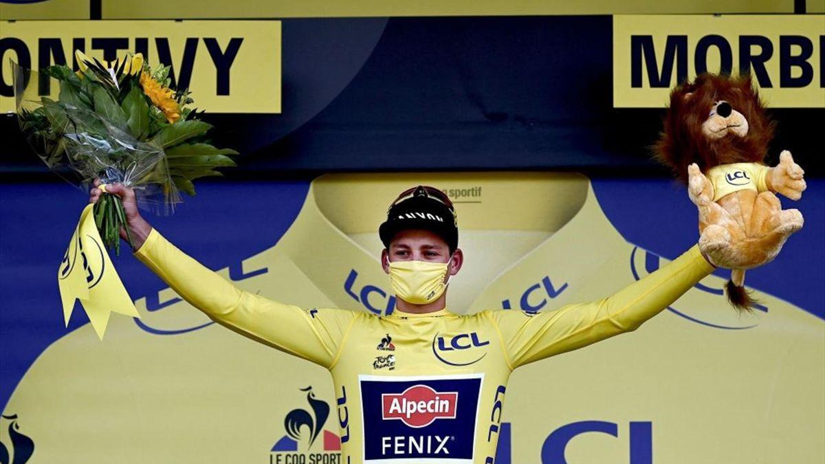 Mathieu van der Poel sul podio di Pontivy con la maglia gialla - Tour de France 2021