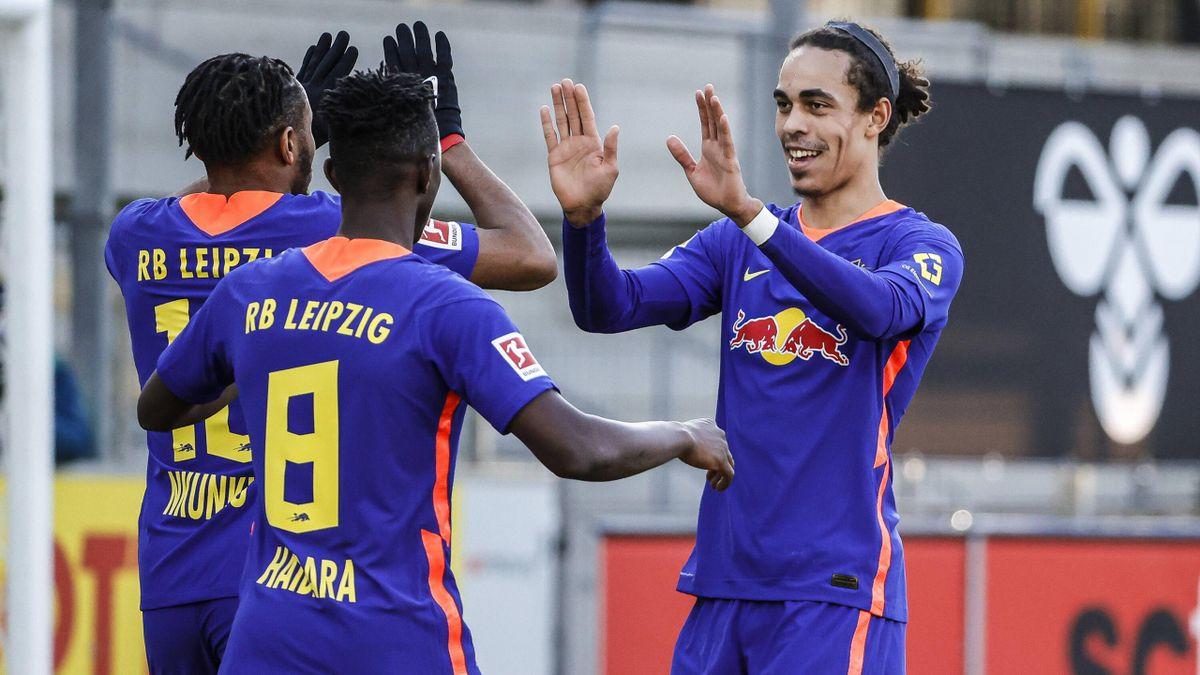 RB Leipzig bejubelt den Sieg gegen den SC Freiburg
