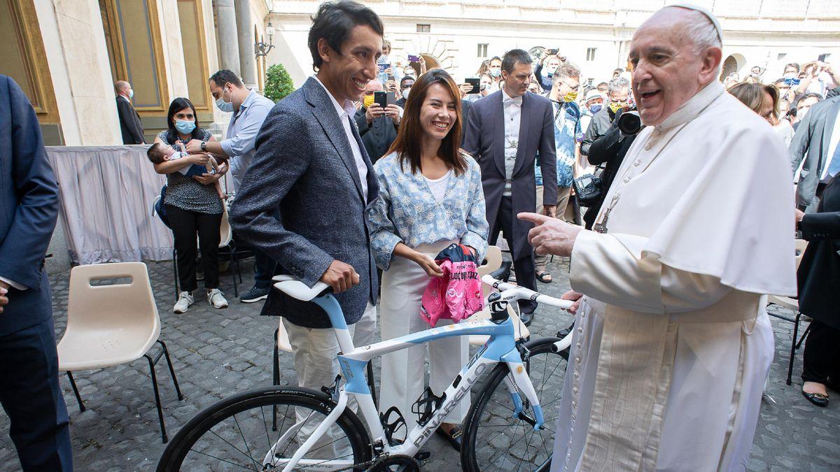 Bernal e la fidanzata con Papa Francesco (foto credit: @INEOSGrenadiers)