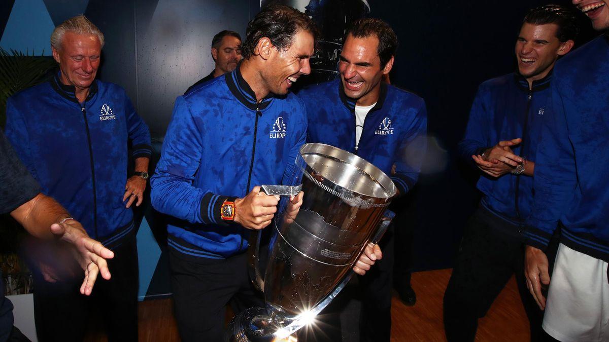 Rafael Nadal et Roger Federer avec le trophée de la Laver Cup.
