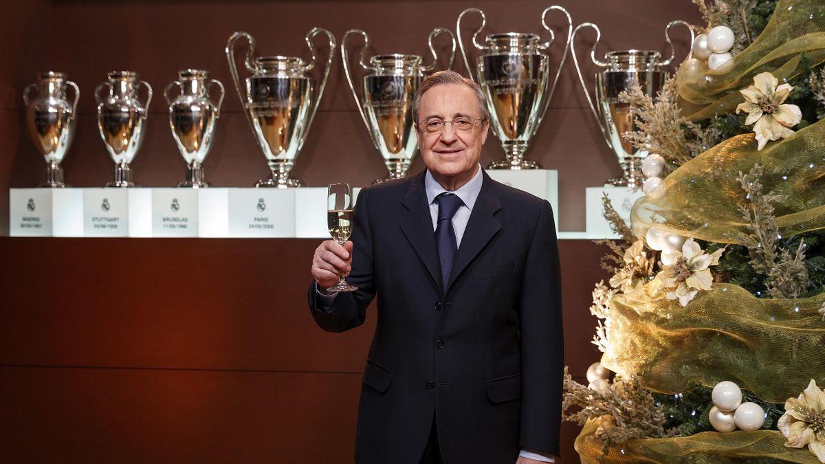 Florentino Pérez pose devant les trophées du Real Madrid