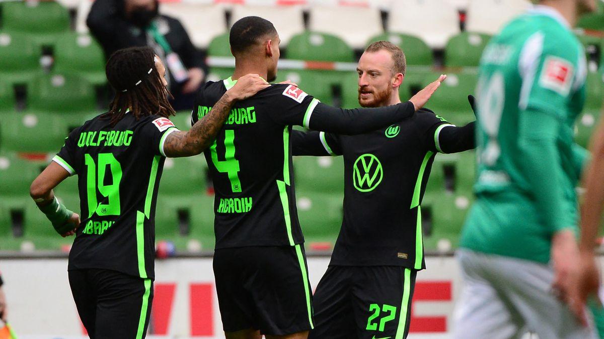 Maximilian Arnold (r.) jubelt mit seinen Wolfsburger Teamkollegen
