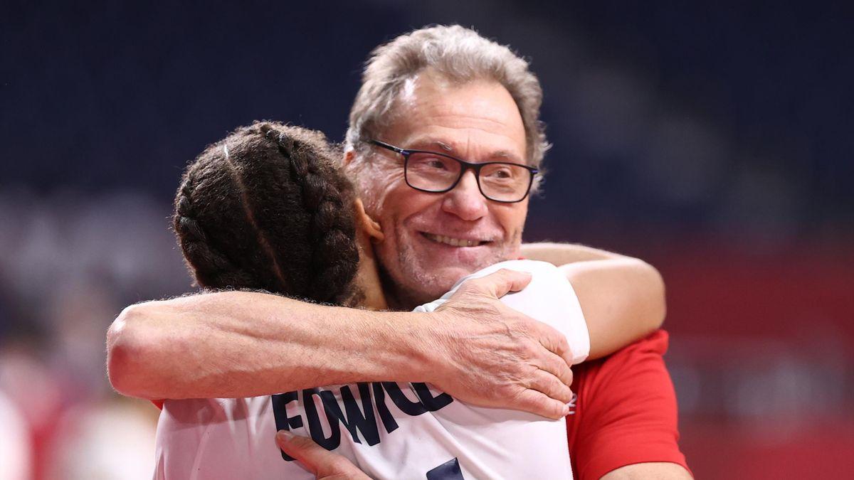 Olivier Krumbholz serre Beatrice Edwige dans ses bras après le sacre aux JO