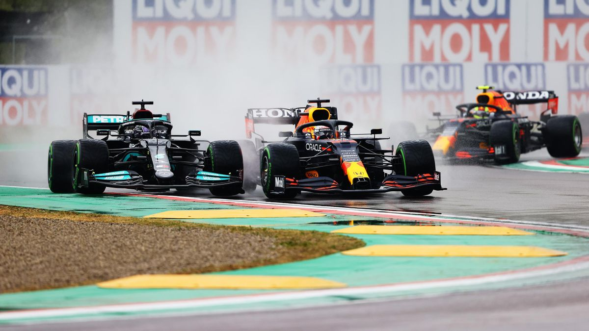 Max Verstappen (mitte) und Lewis Hamilton (links) im Regen von Imola