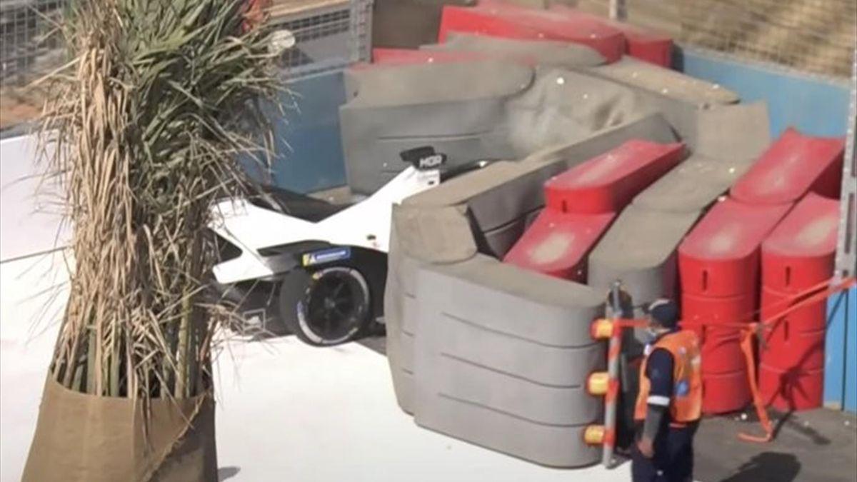 La vettura di Mortara andata a schiantarsi contro le barriere, Formula E FIA, Twitter