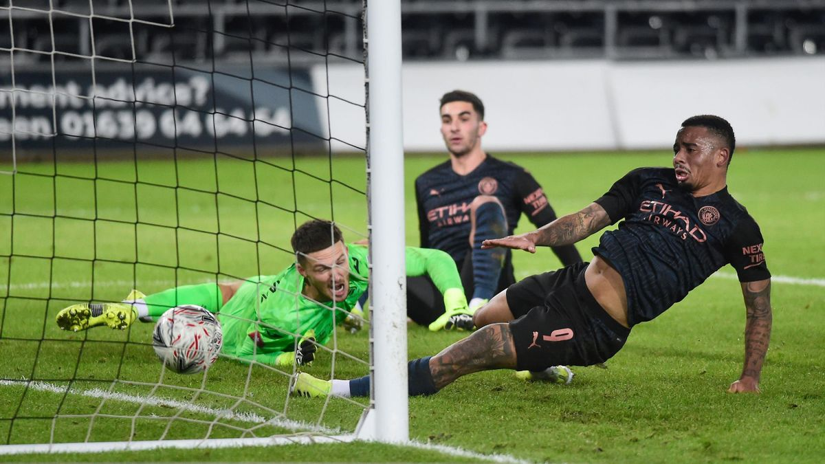 Gabriel Jesus (rechts; Manchester City) trifft gegen Swansea City