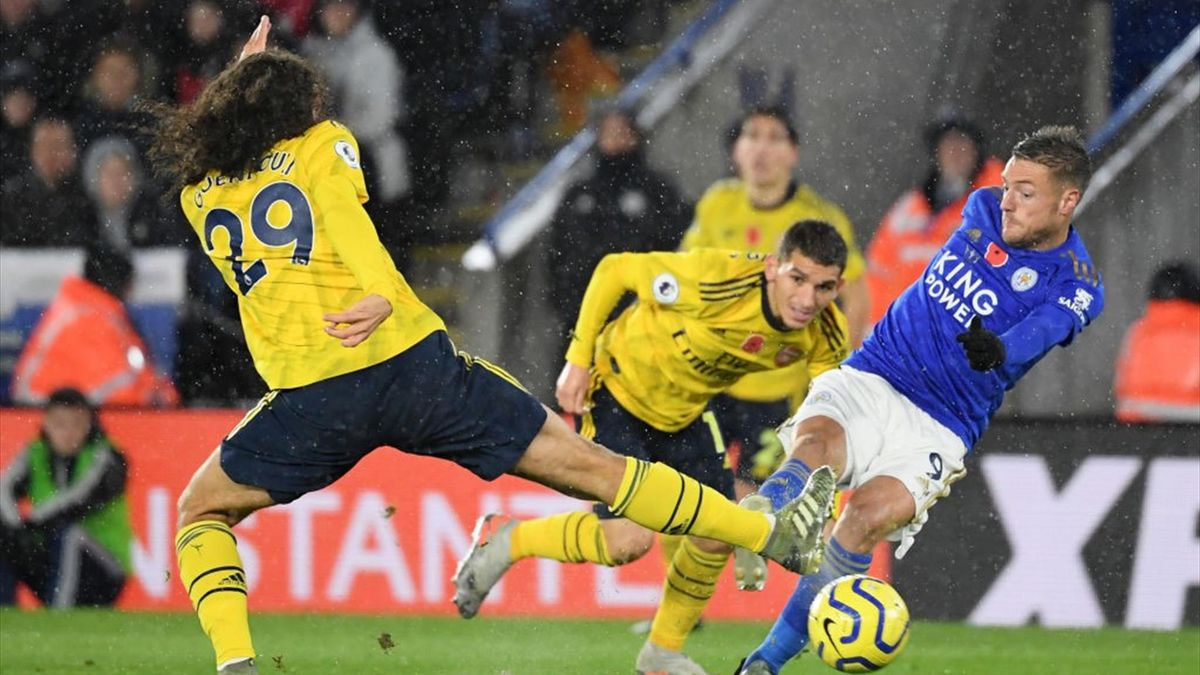 amie Vardy of Leicester City shoots under pressure from Matteo Guendouzi and Lucas Torreira of Arsenal during the Premier League match