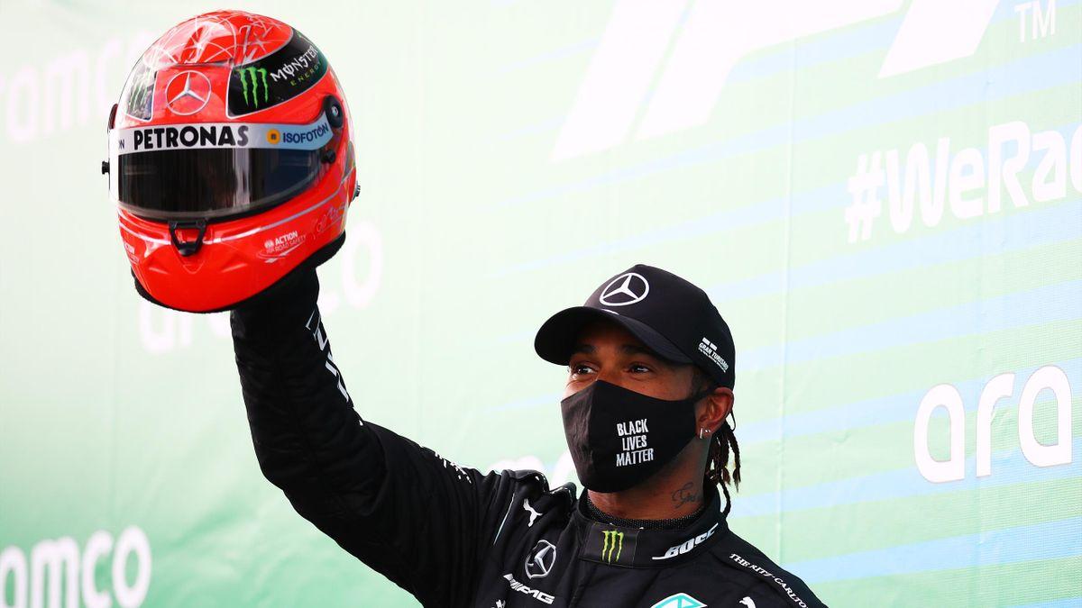 Mercedes-Superstar Lewis Hamilton mit dem Helm von F1-Legende Michael Schumacher