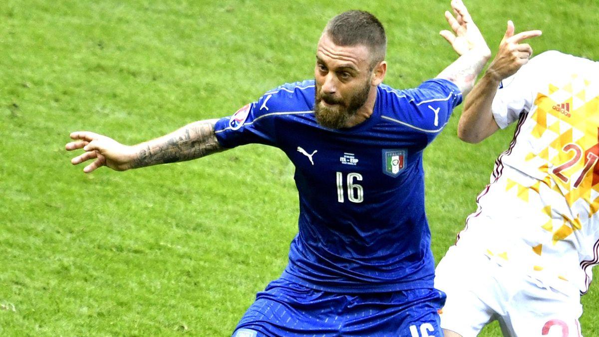 Даниэле де Росси (Италия) бьется в матче с испанцами
