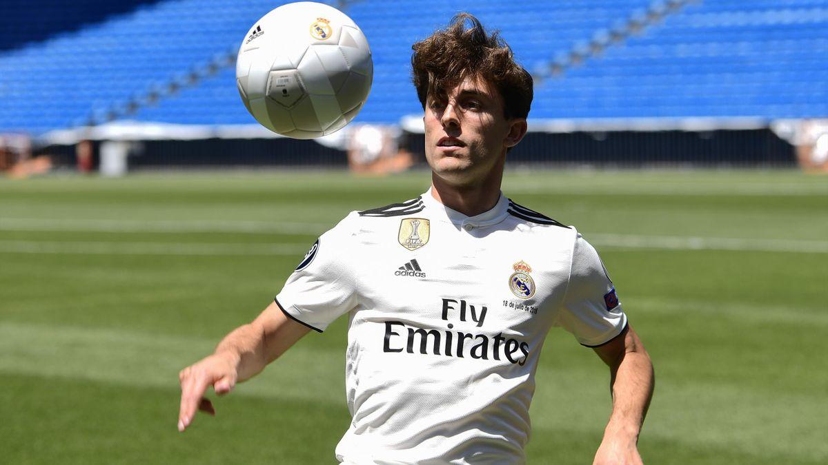 Álvaro Odriozola dando toques durante su presentación como jugador del Real Madrid