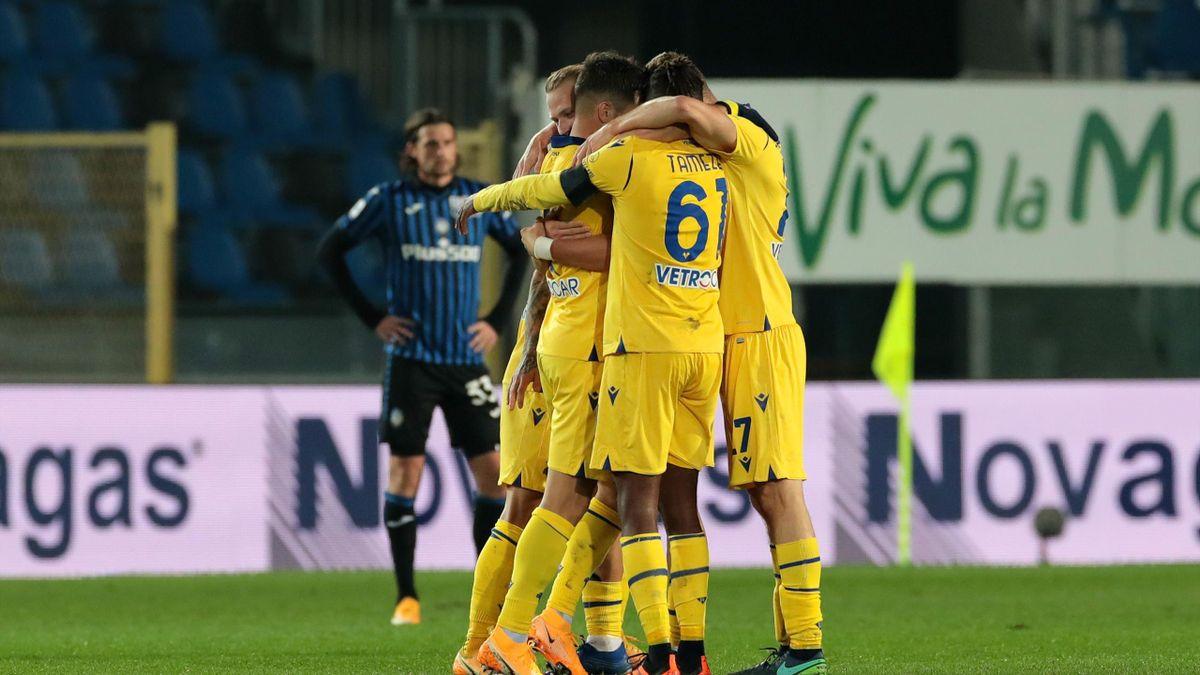 Il Verona esulta dopo la vittoria 2-0 in casa dell'Atalanta