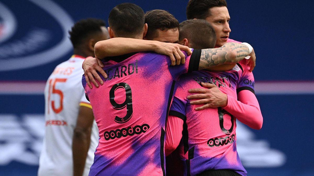 Les Parisiens se congratulent après leur but face au RC Lens en Ligue 1.