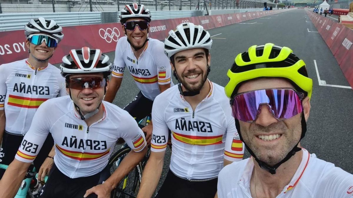 Alejandro Valverde, junto a otros ciclistas del equipo español de ciclismo antes de la prueba de ruta de los Juegos Olímpicos de Tokio 2020
