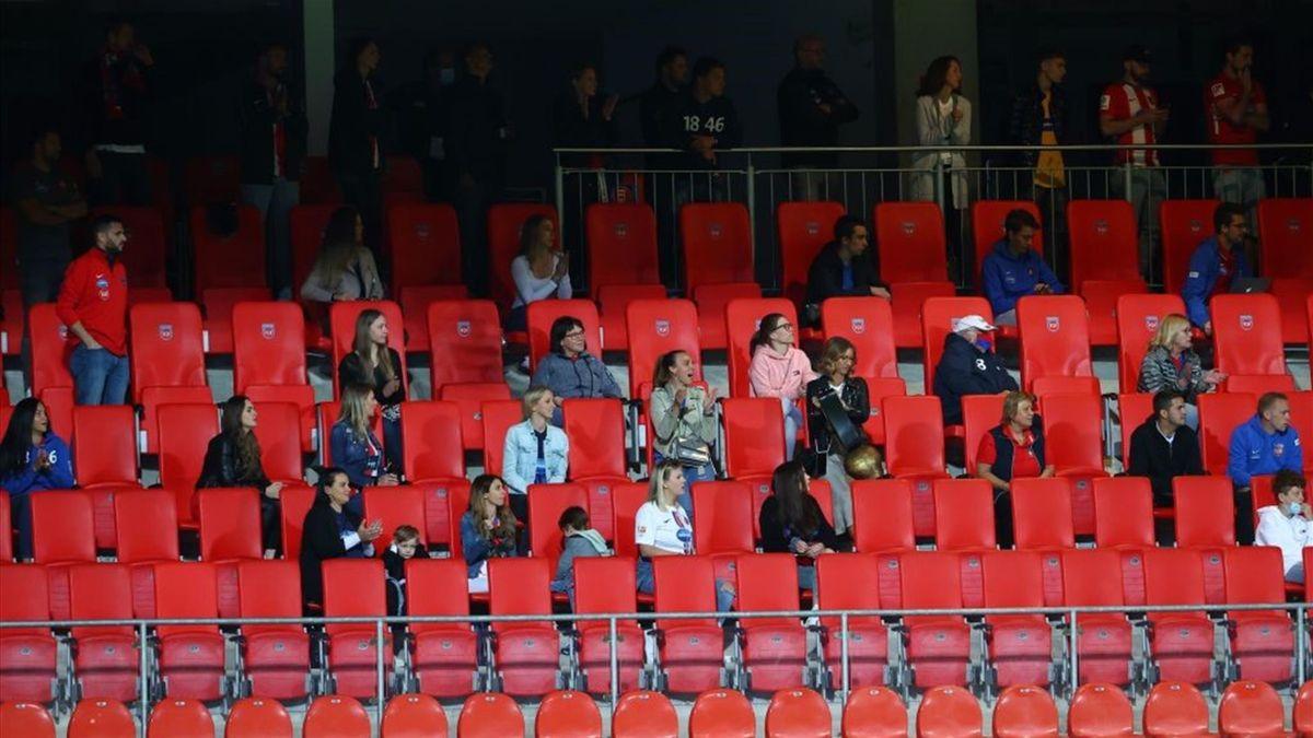 Für wenige Minuten war das Stadion in Heidenheim plötzlich etwas gefüllter. Die Zuschauer verließen die Tribüne aber wieder