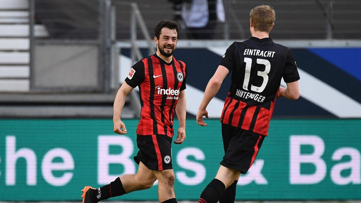 Amin Younes (links; Eintracht Frankfurt) jubelt mit Martin Hinteregger