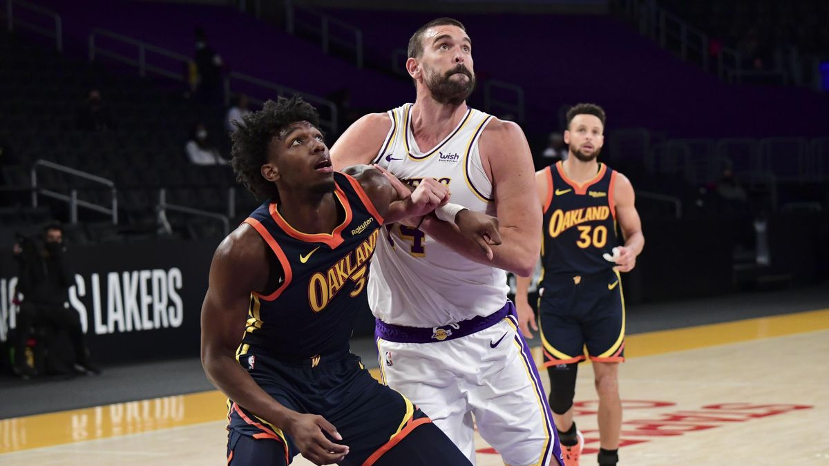 Marc Gasol, en el partido entre Lakers y Golden State Warriors, bajo la atenta mirada de Stephen Curry