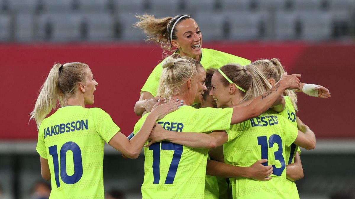 De Zweedse vrouwe vieren een doelpunt tegen de Verenigde Staten in het olympisch voetbaltoernooi