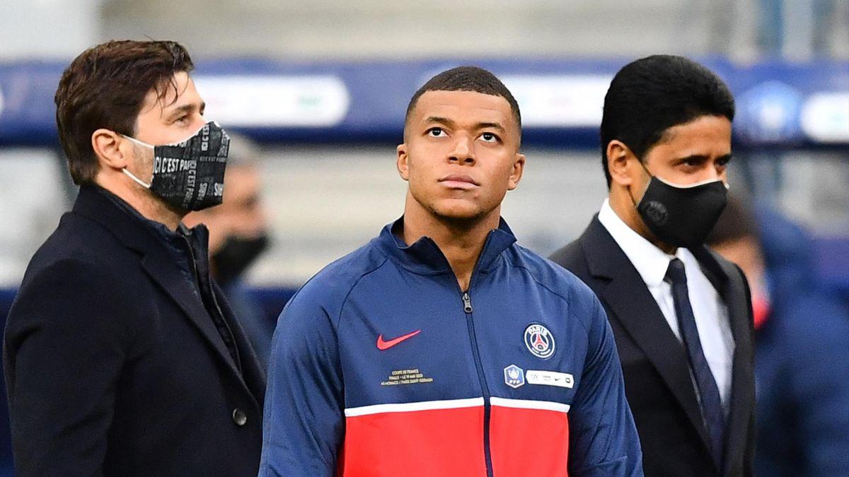Kylian Mbappé (PSG) entouré de Mauricio Pochettino et Nasser Al-Khelaifi