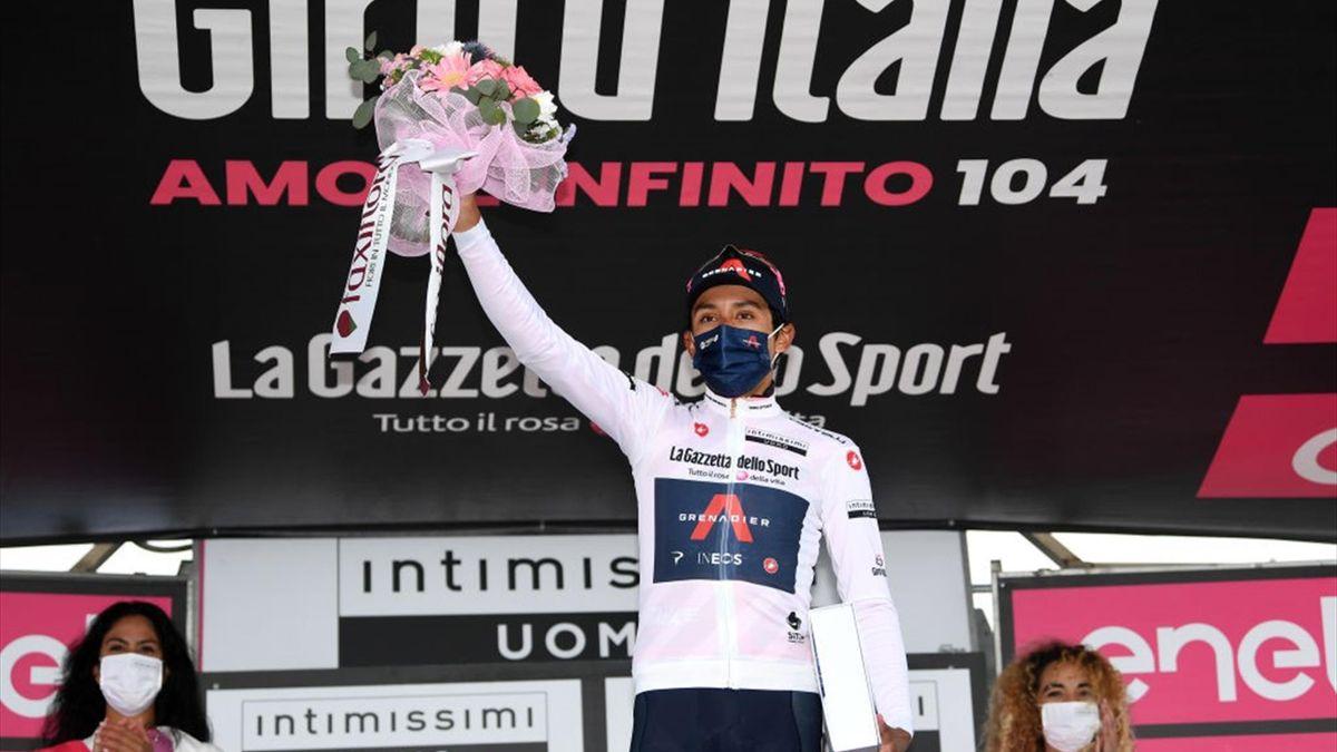 Egan Bernal sul podio dello Zoncolan con la maglia bianca - Giro d'Italia 2021