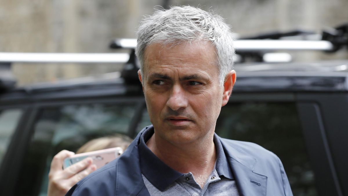 DATE IMPORTED:23 May, 2016Former Chelsea manager Jose Mourinho walks to his house in London, Britain May 23
