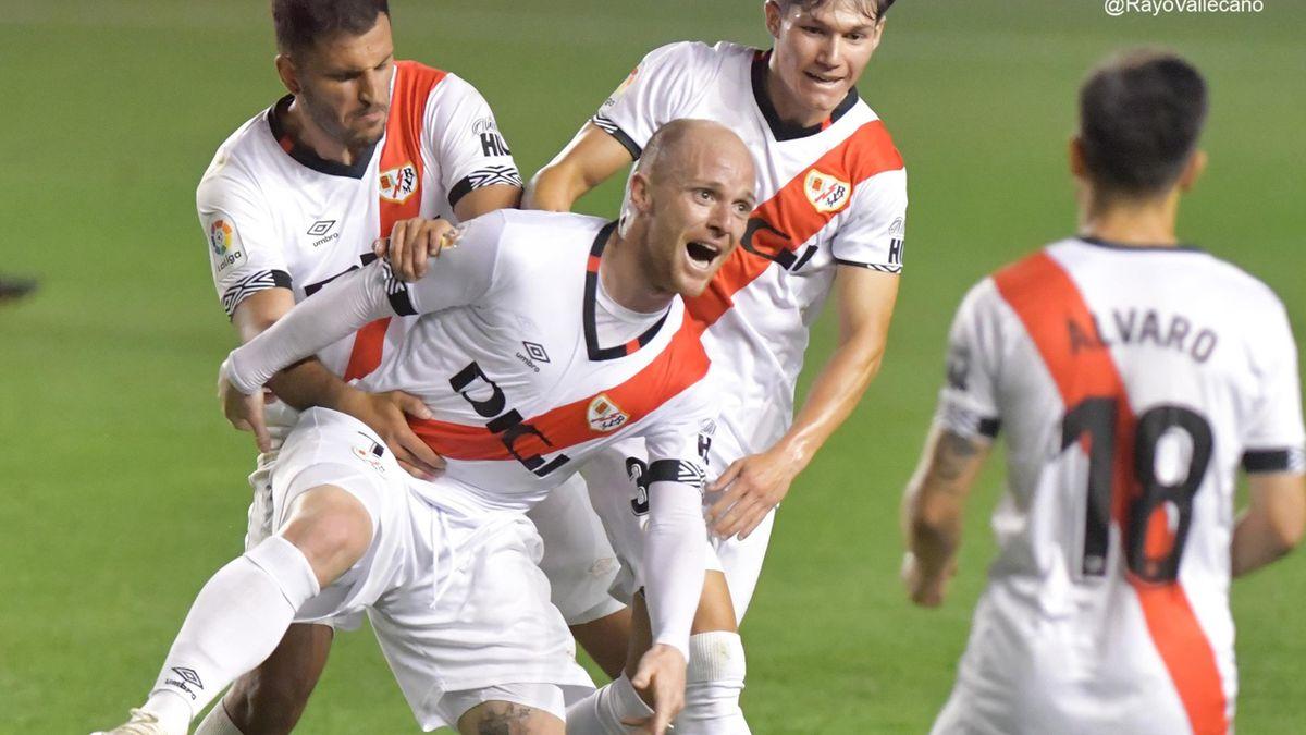 Los jugadores del Rayo celebran el gol de Isi Palazón ante el Oviedo. Fotografía: Twitter @RayoVallecano