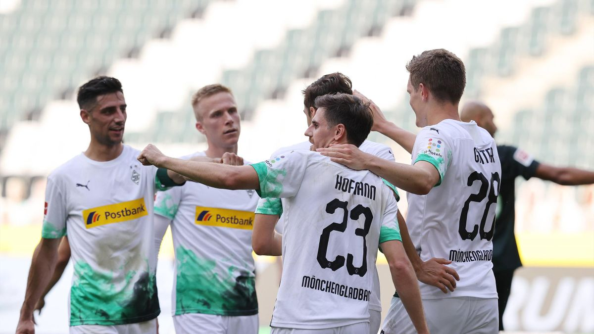 Jonas Hofmann feiert mit seinen Mannschaftskollegen seinen Treffer zum 2:0 gegen den VfL Wolfsburg