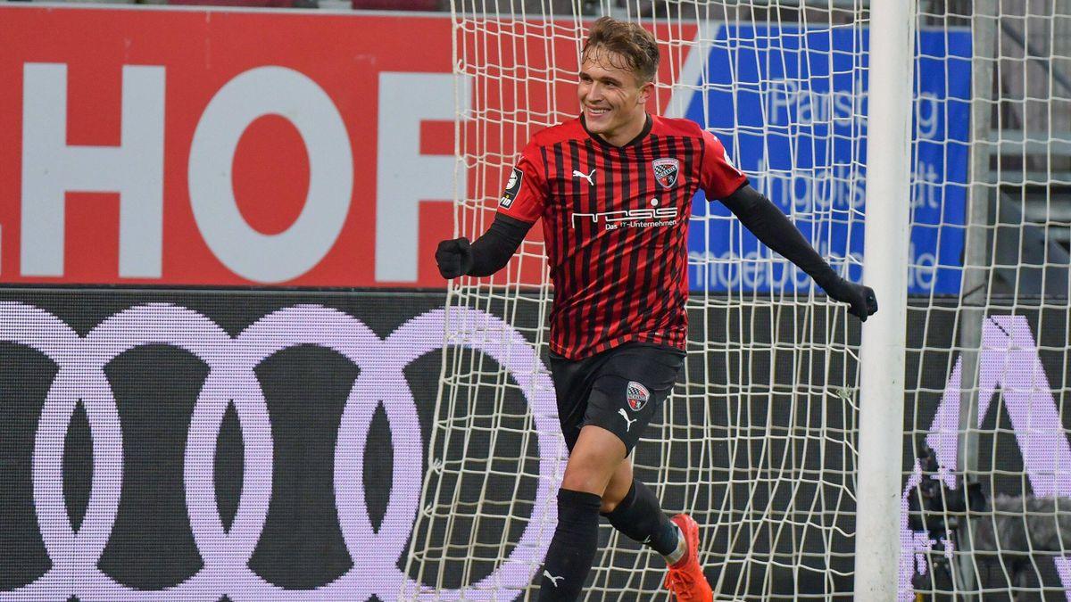 Ingolstadts Dennis-Yerai Eckert Ayensa jubelt über den Sieg gegen Magdeburg