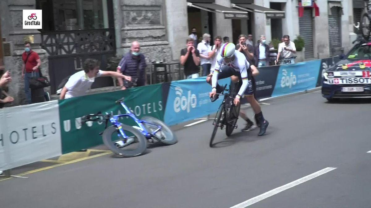 Giro d'Italia: Ganna forced into bike change