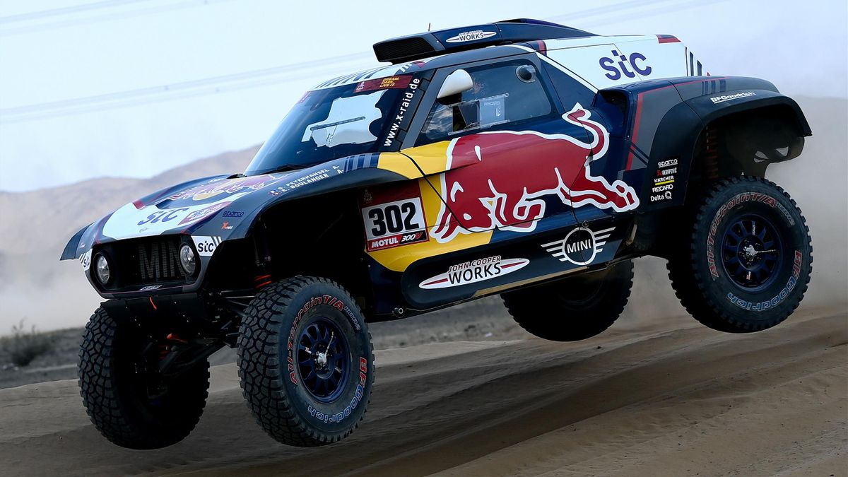Peterhansel conduce su Mini en la dunas del Dakar.
