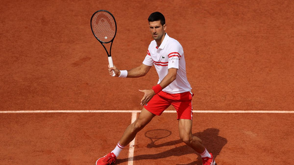 Djokovic voleando en Roland-Garros.