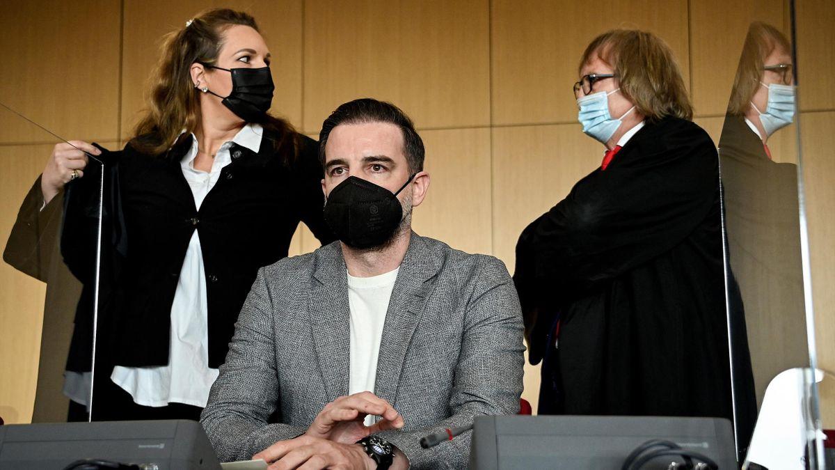 Christoph Metzelder vor dem Düsseldorfer Amtsgericht