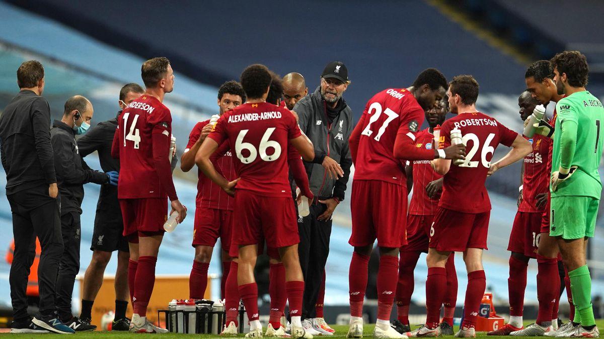 Liverpool-Trainer Jürgen Klopp (Mitte) umringt von seinen Spielern