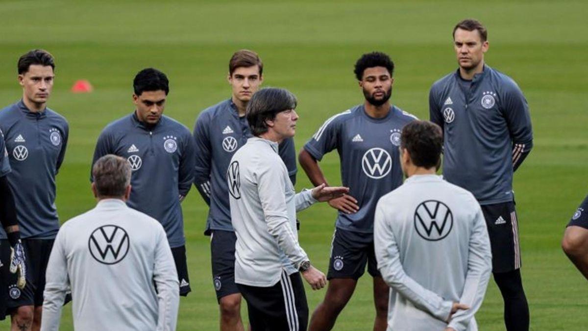 Joachim Low avec Manuel Neuer, Toni Kroos à l'entraînement, le 16 novembre 2020
