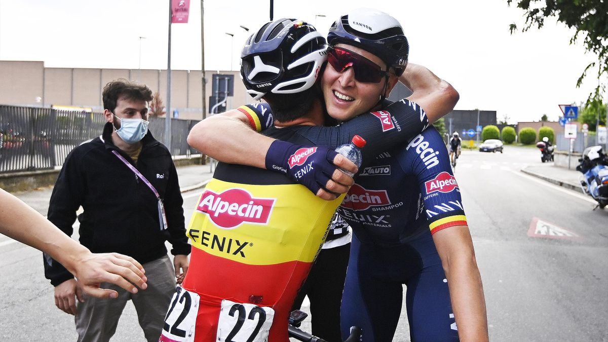 Tim Merlier esulta con Dries De Bondt dopo la tappa di Novara - Giro d'Italia 2021