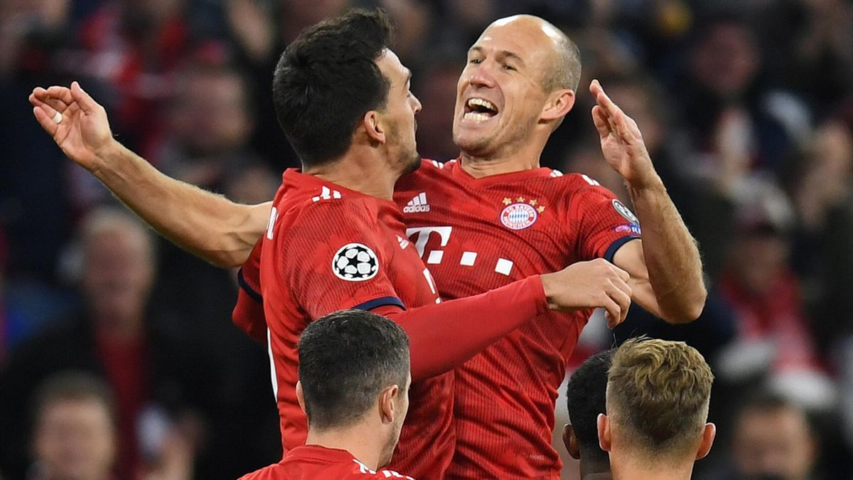 FC Bayern: Mats Hummels jubelt mit Arjen Robben