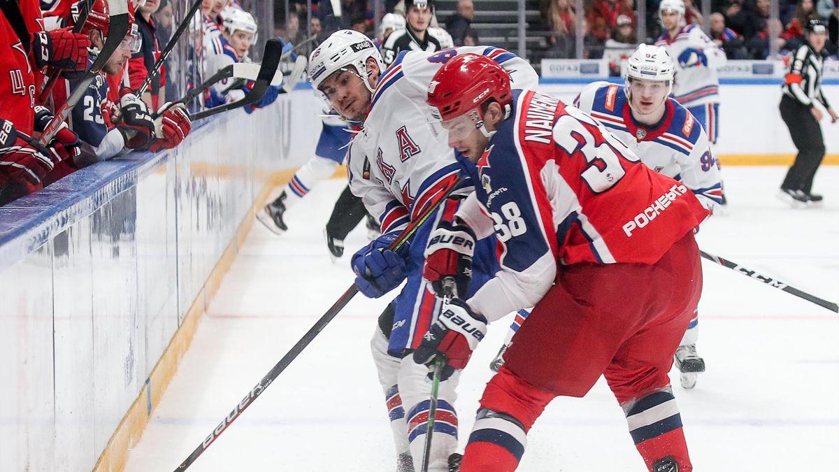 Кирилл Марченко (СКА) и Михаил Науменков (ЦСКА) сражаются за шайбу