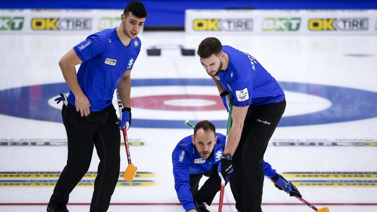 Joel Retornaz, Sebastiano Arman e Amos Mosaner in azione durante Italia-Svezia ai Mondiali di Curling 2021 - Imago pub only in ITAxGERxSUIxAUT