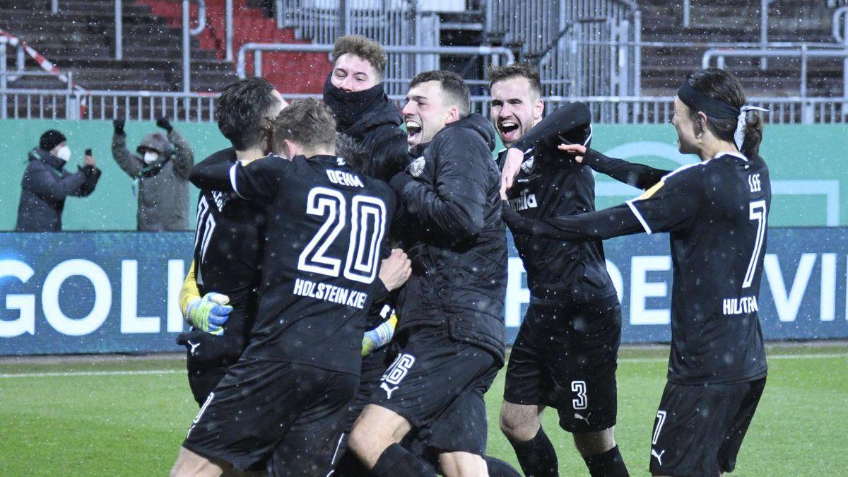 Holstein Kiel feiert den Pokalsieg gegen den FC Bayern München 2021