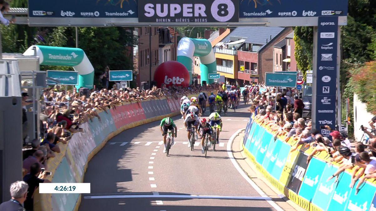 Benelux Tour | Teruggekeerde Ewan wurmt zich in sprint naar de overwinning